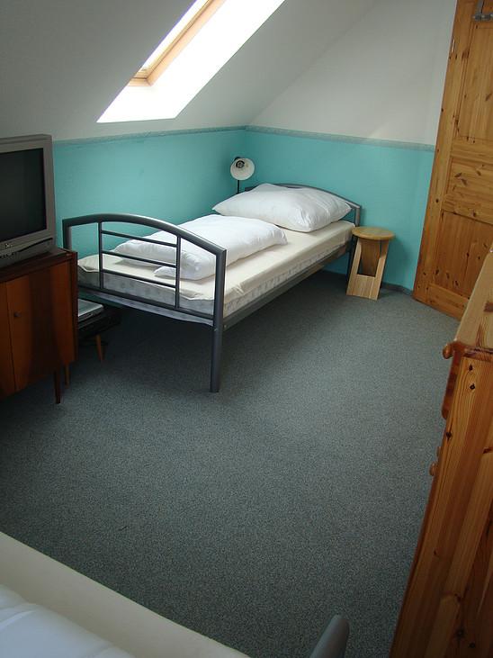 1. Schlafzimmer OG Bett im Ferienhaus Wohlsborn bei Weimar