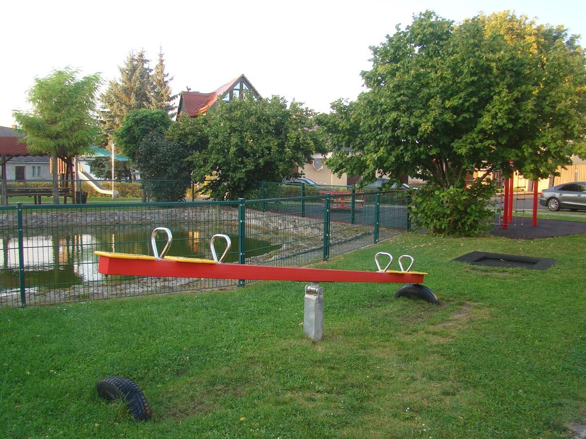Spielplatz und kleiner Teich in Wohlsborn