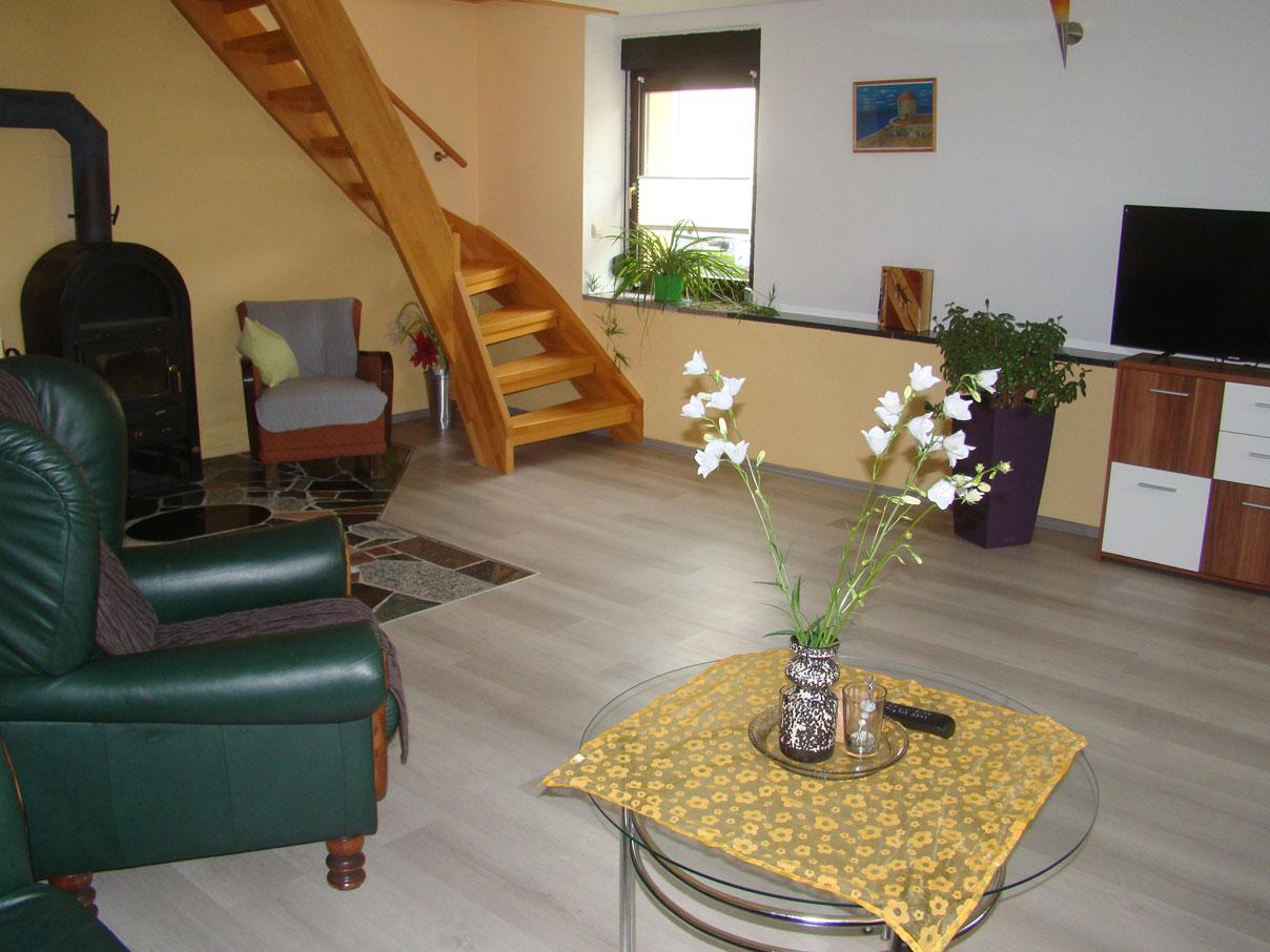 Ferienhaus zu Wohlsborn - Holztreppe und Kamin