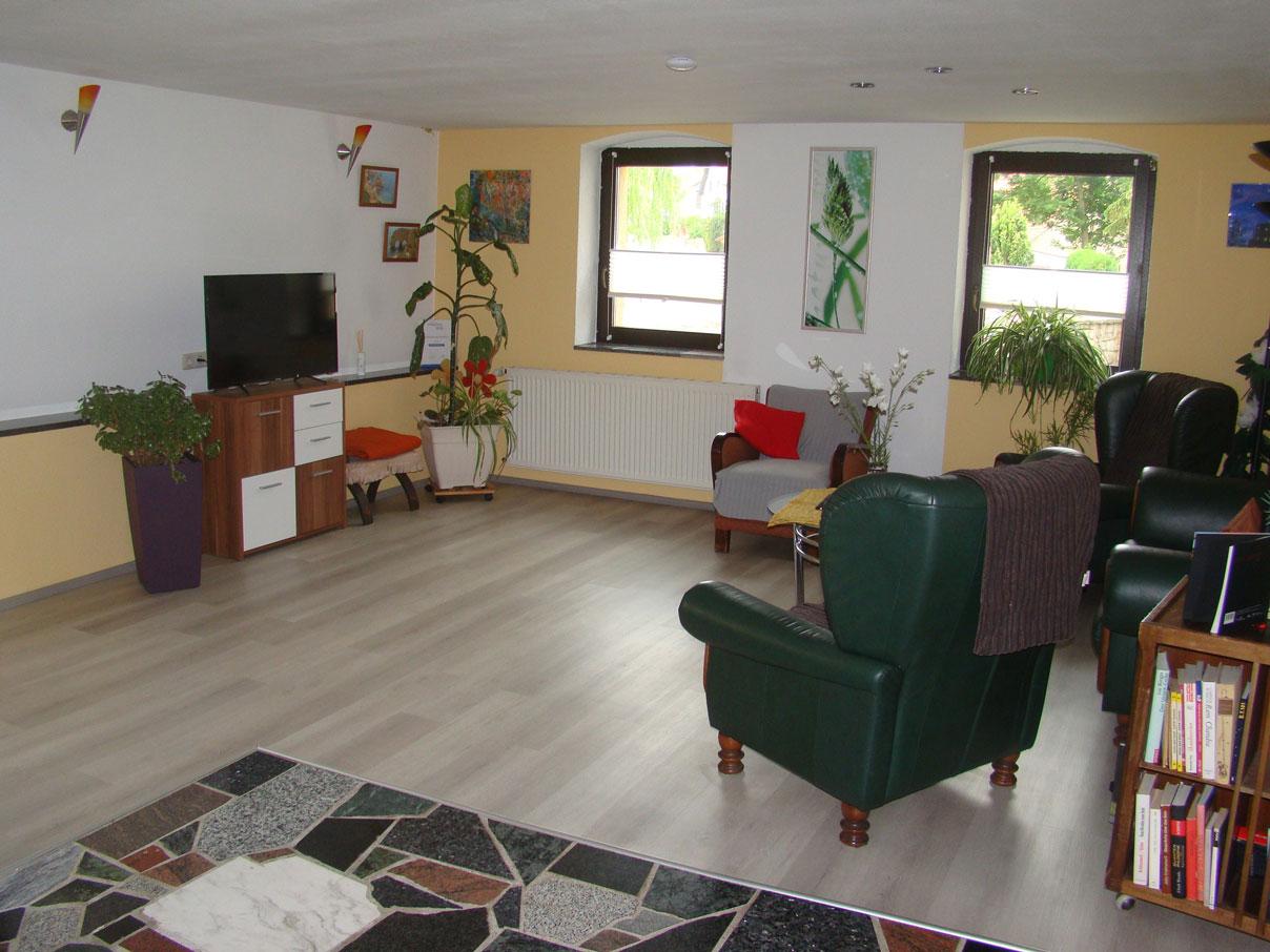Wohnbereich mit TV - Ferienhaus zu Wohlsborn